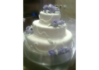 Tort nunta cu trandafiri lila