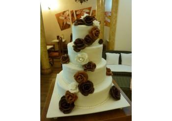 Tort nunta cu flori de ciocolata